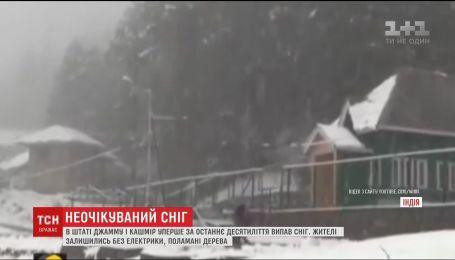 Пошкоджені лінії електропередач та заблоковані дороги: у індійському штаті Джаму і Кашмір випав сніг