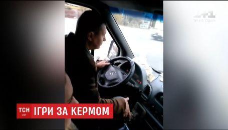 Пасажири маршрутки зафільмували водія, який їхав та грав на планшеті одночасно