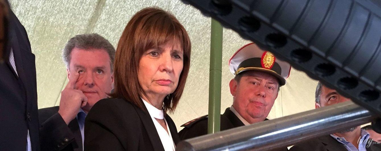 В коротком платье с пикантным вырезом: министр безопасности Аргентины в смелом образе приехала в жандармерию