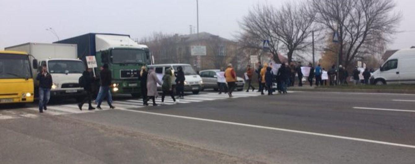 Обурені корупцією люди перекрили важливе шосе під Києвом