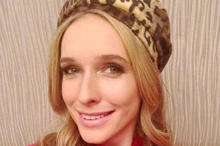 Мереживна сукня і леопардовий берет: Катя Осадча поділилася ліфтолуком