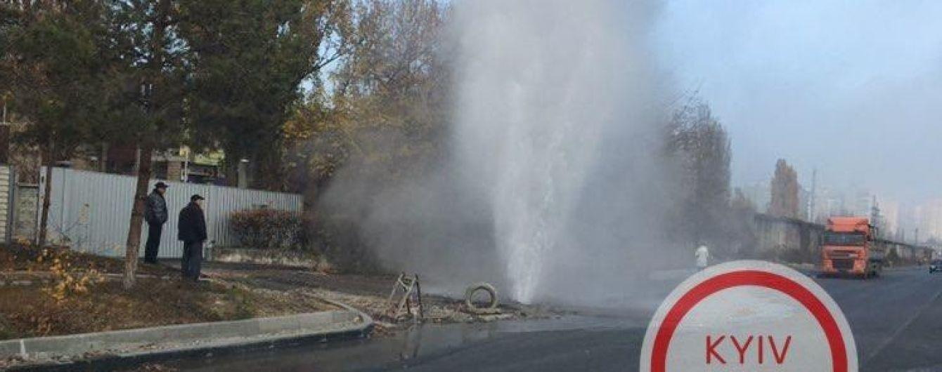 У Києві на Оболоні прорвало теплотрасу: посеред вулиці утворився гейзер