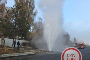 В Киеве на Оболони прорвало теплотрассу: посреди улицы образовался гейзер