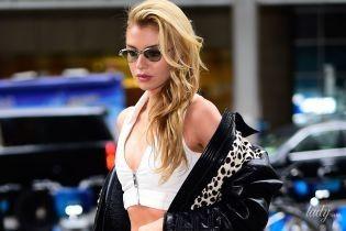"""До шоу два дні: """"ангел"""" Стелла Максвелл у привабливому образі сходила на примірку до офісу Victoria's Secret"""