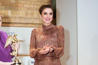 Выглядит великолепно: королева Рания в красивом платье появилась на гала-вечере