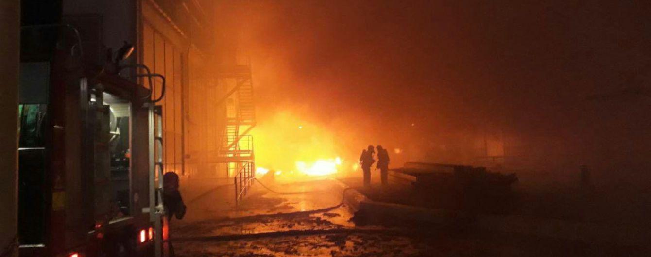 Рятувальники локалізували масштабну пожежу на заводі під Одесою