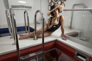В купальнике и с бокалом: Надя Мейхер похвасталась сексуальной фигурой