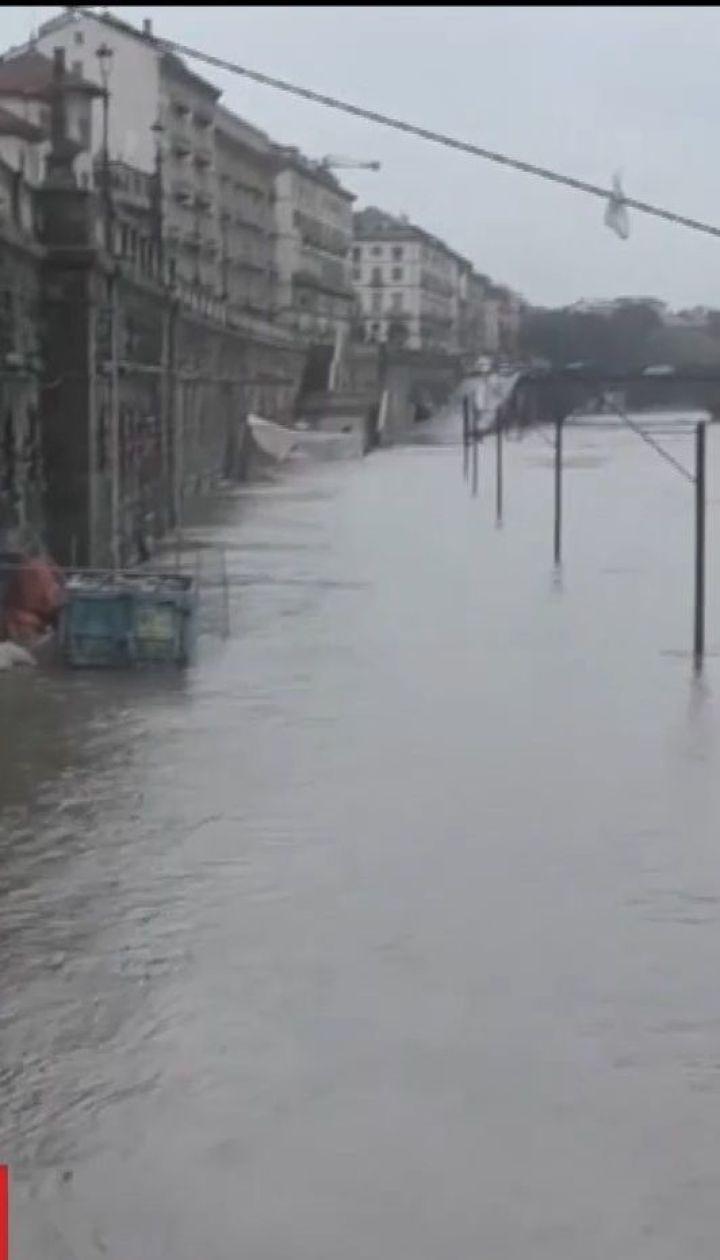 Через потужні зливи в Італії з берегів вийшла найдовша річка країни