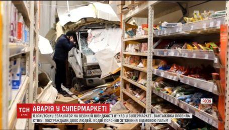 В российском Иркутске эвакуатор на скорости влетел в супермаркет