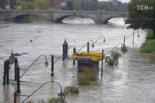 Через потужну негоду в Італії із берегів вийшла найдовша річка країни