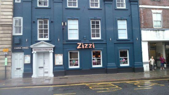 Справжній аншлаг: у Солсбері відновив роботу ресторан, де обідали Скрипалі перед отруєнням