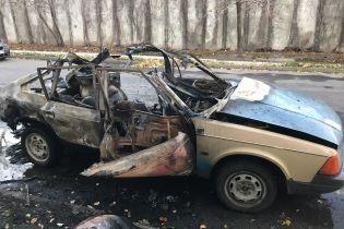 В курортном Бердянске загорелся и взорвался автомобиль: в домах вылетели стекла