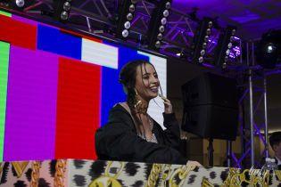 Сексуальная Надя Дорофеева в блестящем кроп-топе отыграла DJ-сет на вечеринке H&M х Moschino