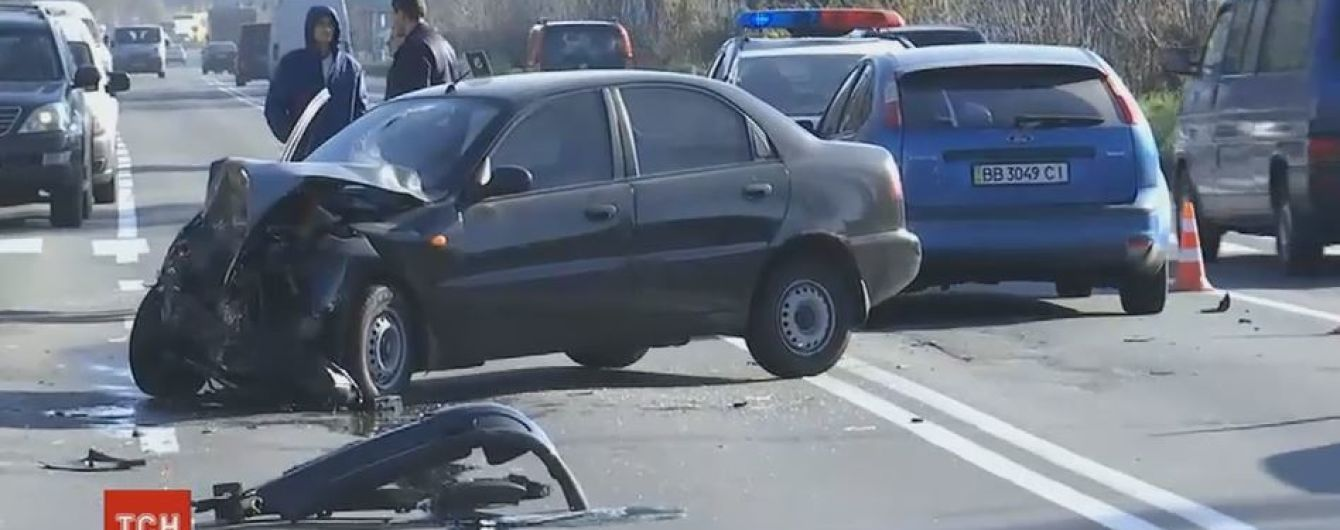 Лобове зіткнення: на столичних Берковцях сталася аварія за участю трьох авто