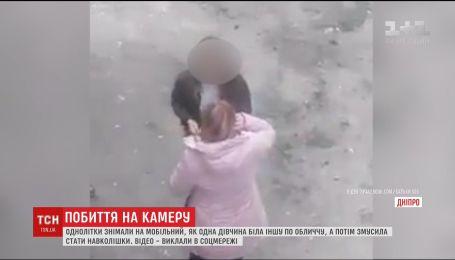 У Мережі з'явилось відео жорстоких побиття школярки дівчиною-однолітком