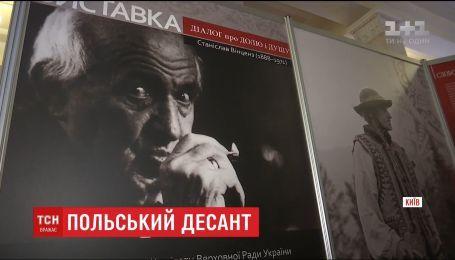 В кулуарах парламента открыли выставку в честь философа Станислава Винценза