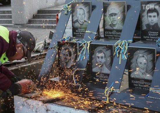 У Києві демонтують меморіал Героям Небесної сотні