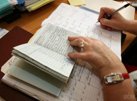 У Держстаті порахували, скільки українців працюють без трудової книжки