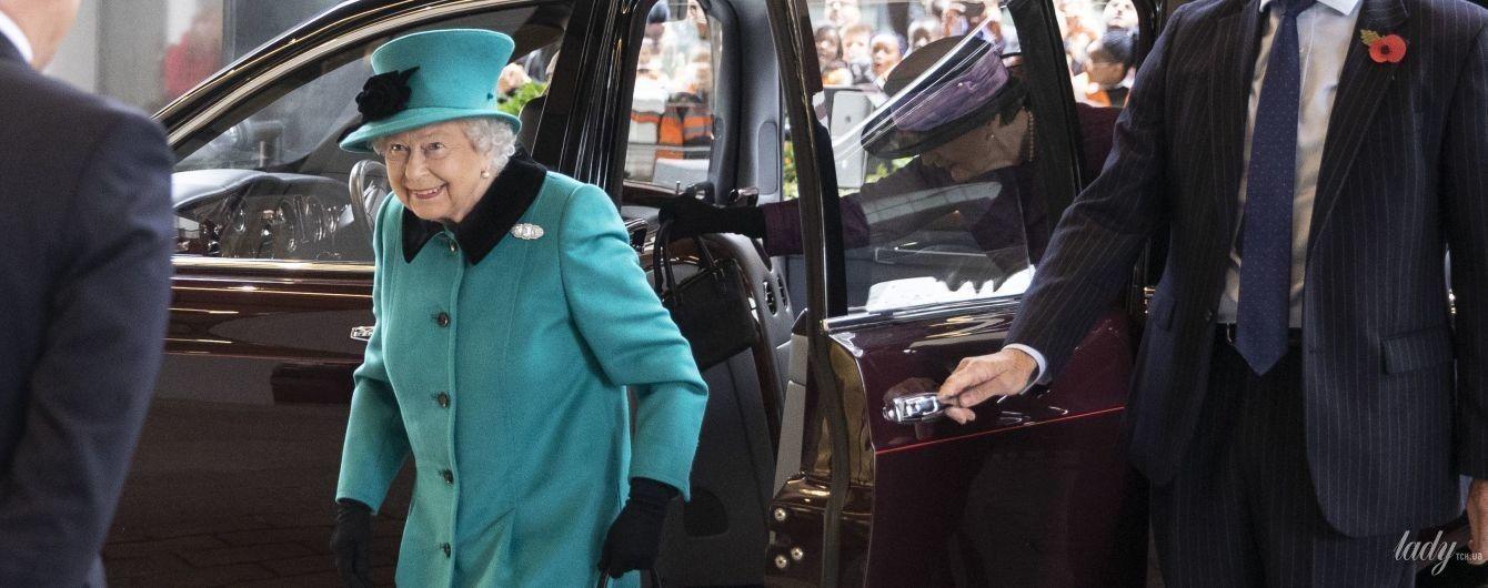 В ярком пальто и на Bentley: 92-летняя королева Елизавета II приехала на важное мероприятие