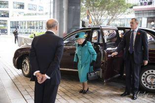 У яскравому пальті і на Bentley: 92-річна королева Єлизавета II приїхала на важливий захід