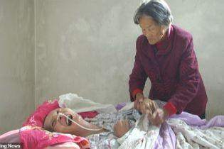 У Китаї мати 12 років не відходила від сина у комі і дочекалась його пробудження