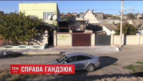 Дом Игоря Павловского в Херсоне забросали дымовыми шашками во время прощания с Екатериной Гандзюк
