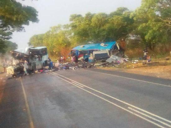 У Зімбабве у жахливому зіткненні двох автобусів загинули майже півсотні людей