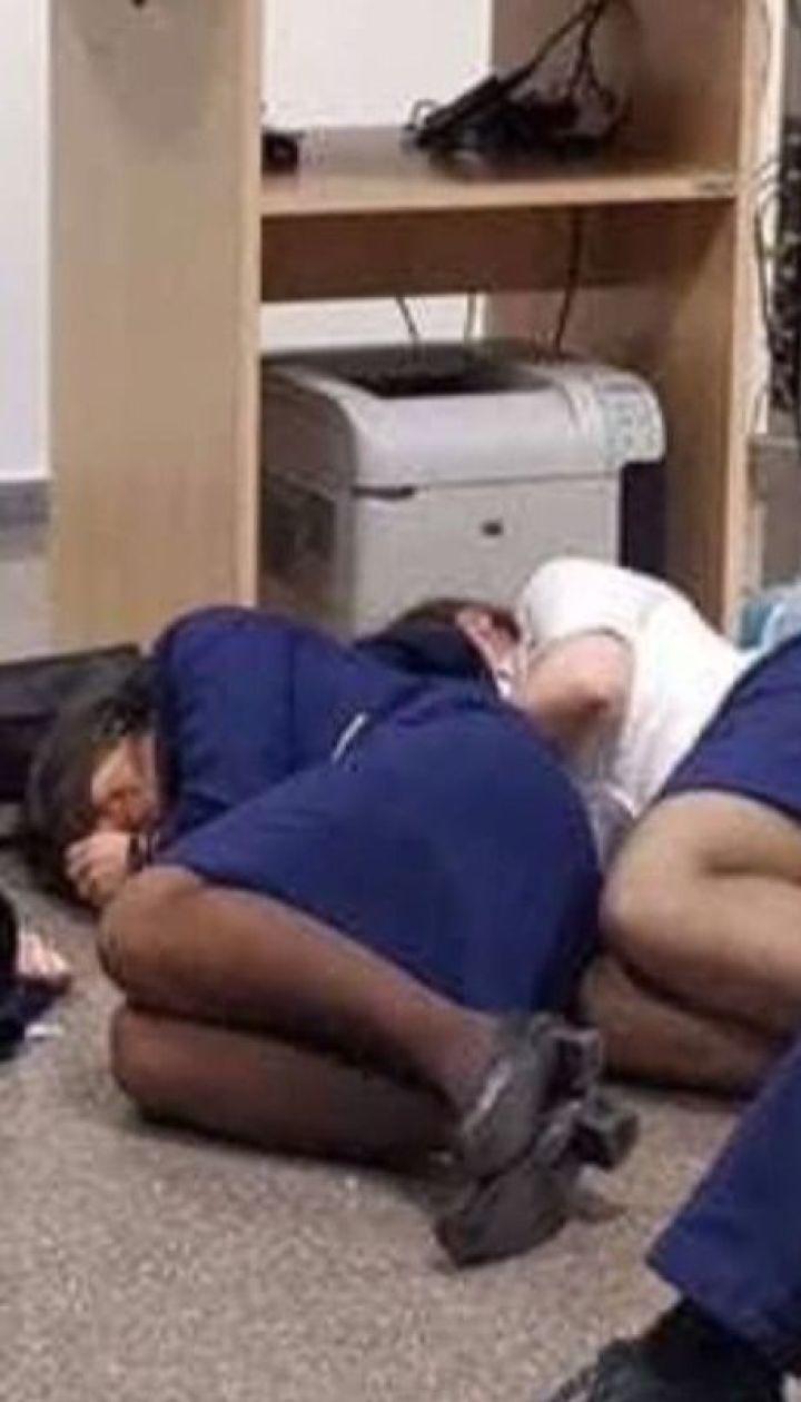 Ryanair уволила шестерых работников, которые сфотографировались на полу