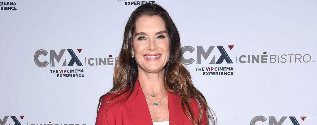 В красном костюме и с улыбкой: 53-летняя Брук Шилдс в стильном образе вышла в свет
