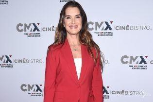 У червоному костюмі і з усмішкою: 53-річна Брук Шілдс у стильному образі вийшла у світ