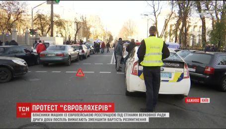 """Владельцы автомобилей на """"евробляхах"""" продолжают протест под ВР"""