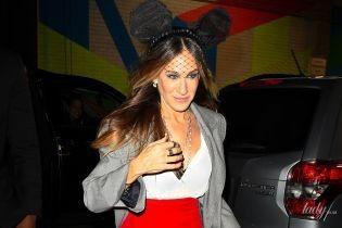 Хэллоуин продолжается: Сара Джессика Паркер вышла в свет в яркой юбке и с ушами Микки-Мауса