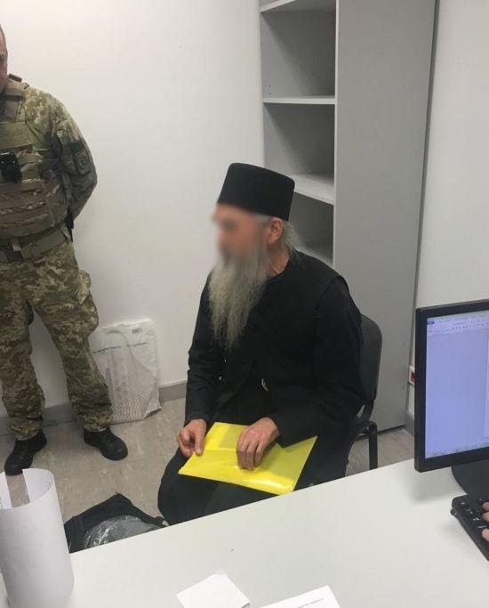 """У """"Борисполі"""" затримали священика із паспортами України та Росії"""