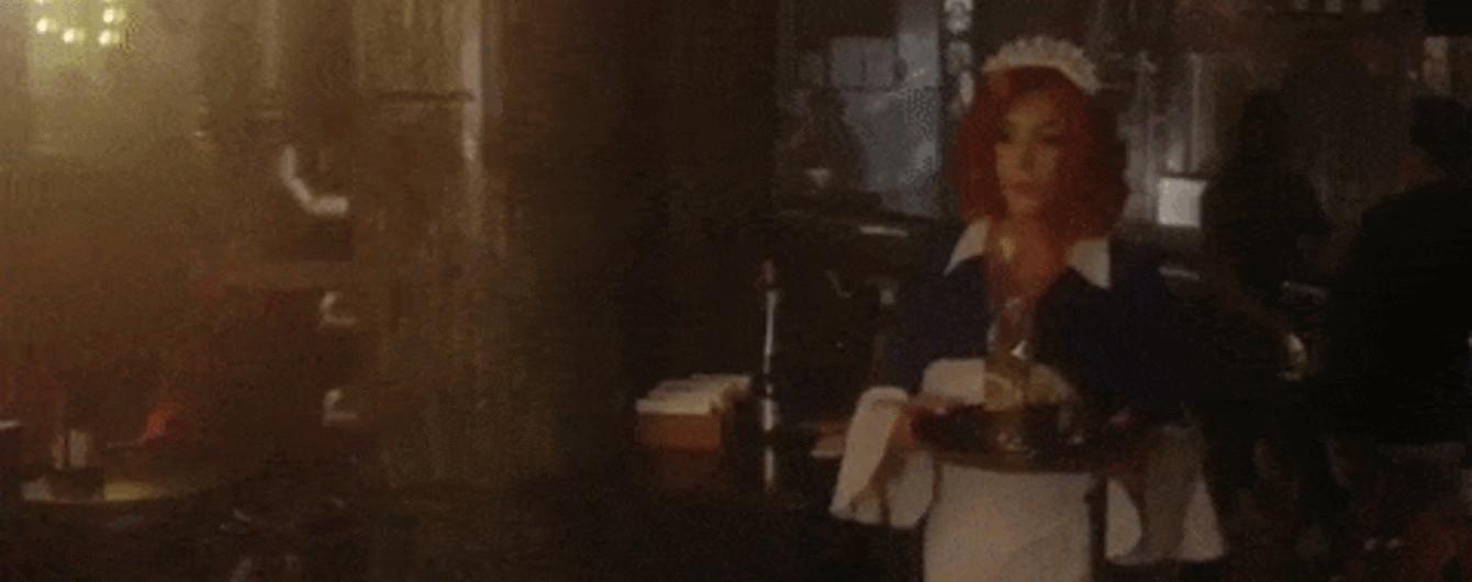 Секси официантка видео