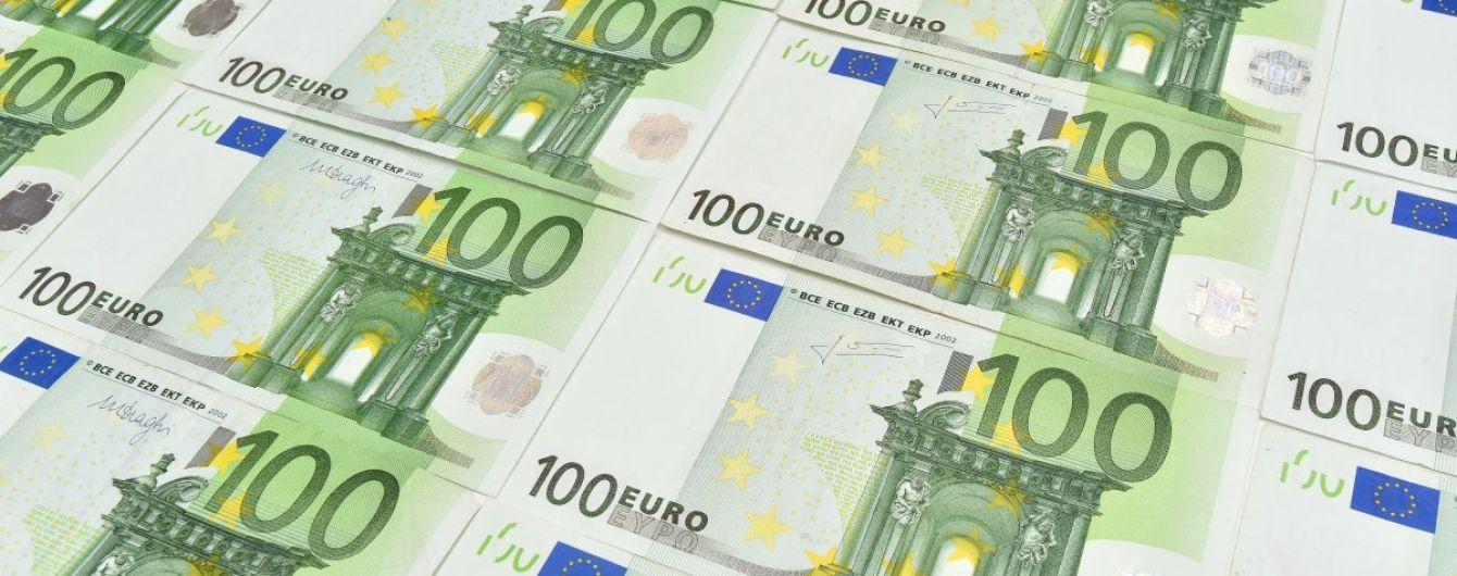 Евро вырвал у гривны 5 копеек, а доллар потерял в курсах НБУ