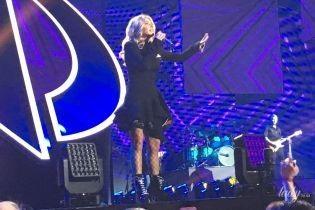 Красивая и сексуальная: бэк-вокалистка Винника Таюне подчеркнула стройные ноги мини-платьем