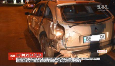 У Миколаєві п'яний водій тричі в'їхав в легковик і врізався у опору