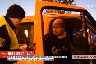 """В Николаеве пьяный водитель микроавтобуса трижды врезался в легковушку, а потом """"остановился"""" в столб"""