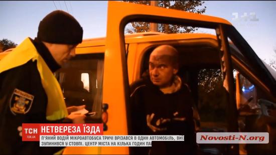 """У Миколаєві п'яний водій мікроавтобуса тричі врізався в легковик, а потім """"зупинився"""" в стовп"""