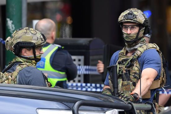 Посеред Мельбурна чоловік підпалив автомобіль та кинувся з ножем на перехожих