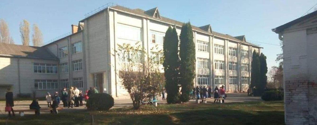 У школі на Київщині підліток розпорошив газ: десятки школярів евакуювали, дев'ятеро – в лікарні