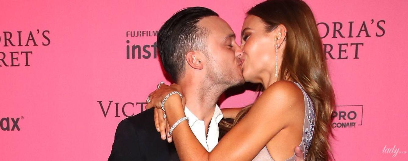 Це було гаряче: Жозефін Скривер і Алекс Делеон пристрасно цілувалися на рожевій доріжці афтепаті шоу Victoria's Secret