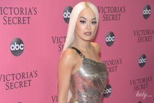 У сукні Versace зі сміливим розрізом: Ріта Ора позувала на рожевій доріжці