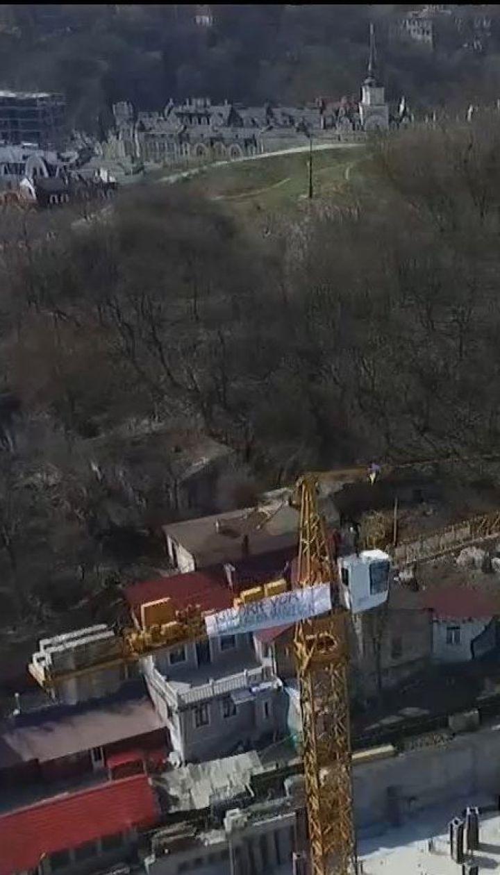 Скандал на Андріївському узвозі: комунальники демонтували паркан довкола скандального будівництва