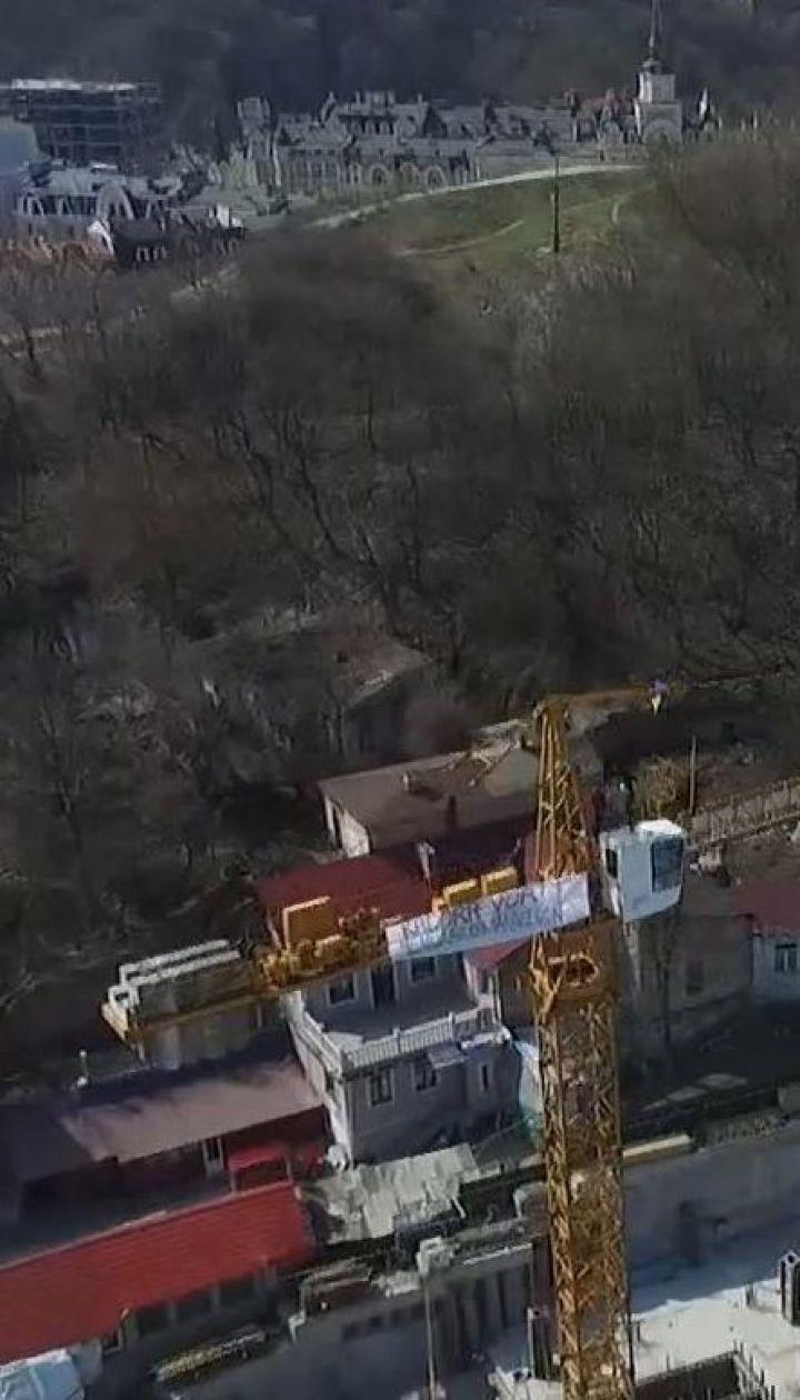 Скандал на Андреевском спуске: коммунальщики демонтировали забор вокруг скандального строительства