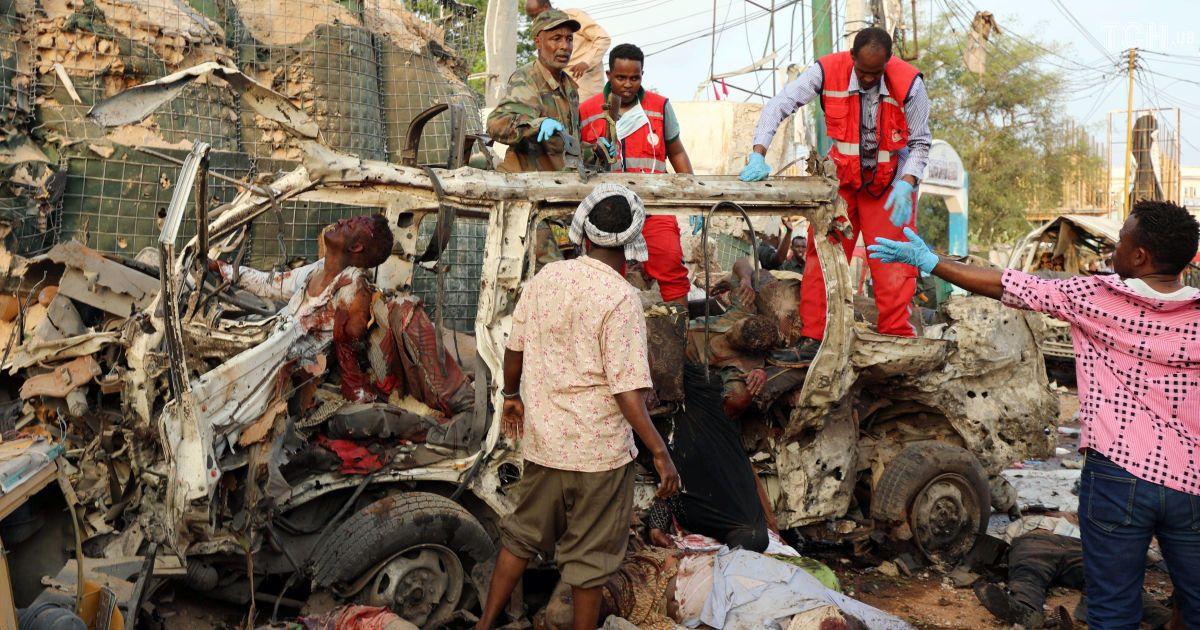 Встолице Сомали террористы взорвали три машины перед отелем