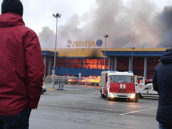 Масштабна пожежа у гіпермаркеті Петербурга: оприлюднено попередню причину та кількість постраждалих