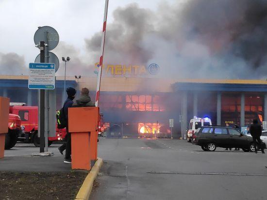 У Петербурзі спалахнув гіпермаркет, сотні людей евакуювали