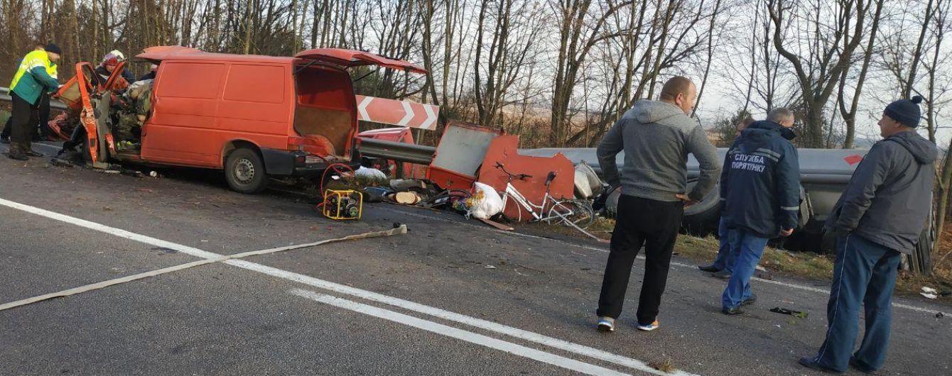 Смертельна ДТП на трасі Київ-Чоп: вантажівка розплющила мікроавтобус