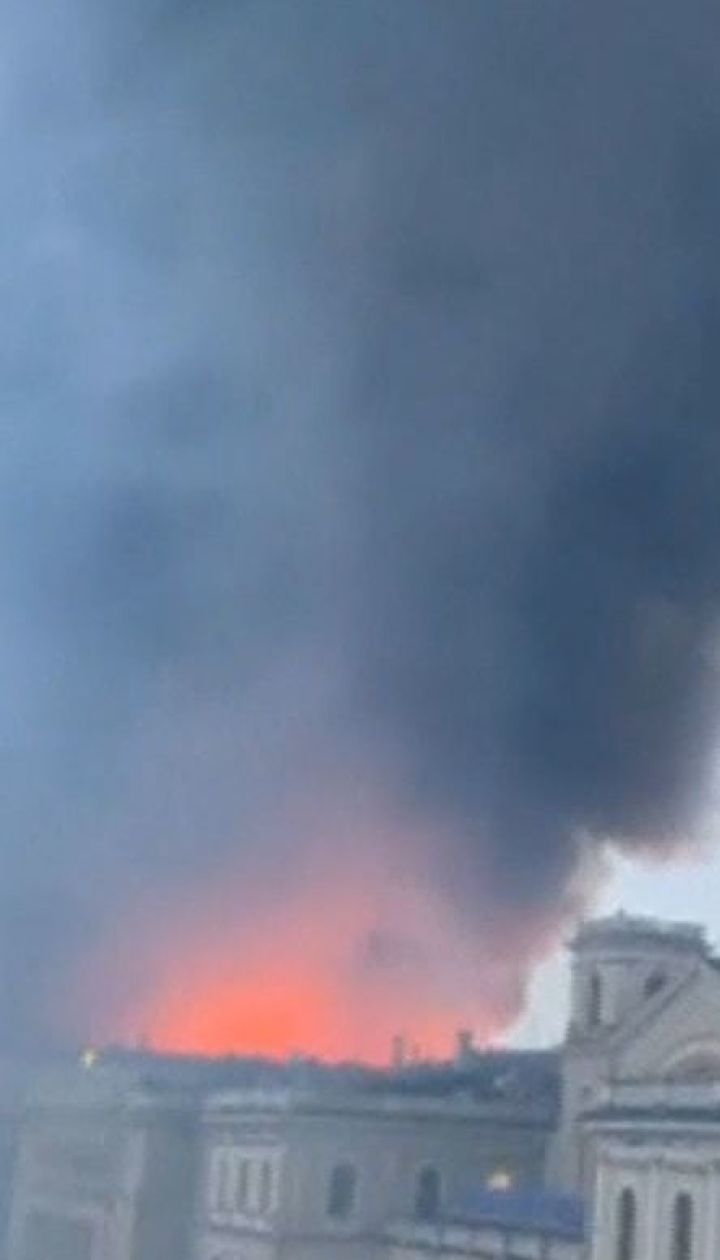 У центрі Санкт-Петербурга спалахнув величезний торгівельний центр